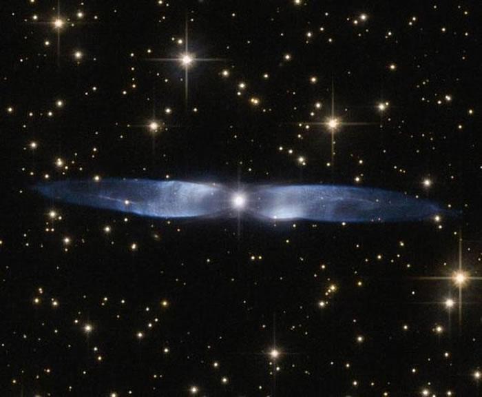这是哈勃太空望远镜拍摄的行星状星云Hen 2-437,它具有绚丽的双极结构。