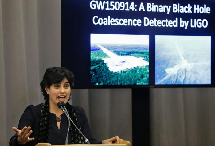 LIGO的科学家召开发布会,宣布这项物理学的重大发现。