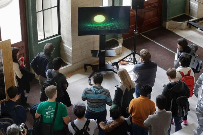 发布会上,众人留心聆听引力波的介绍。