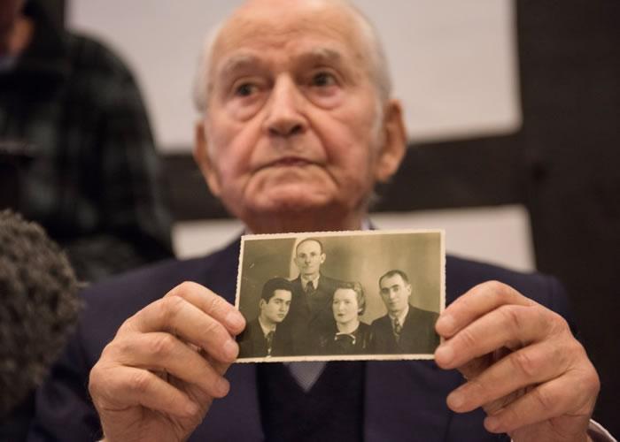 有大屠杀幸存者在庭上展示二战时被杀家人的照片