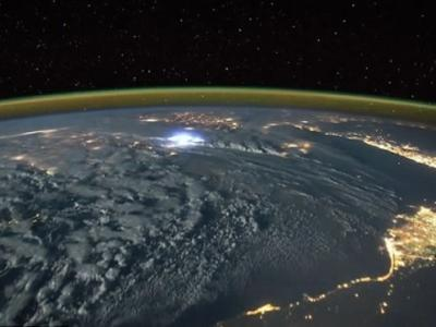 国际太空站太空人拍摄暴风雨吹袭欧洲与非洲时不断闪电的情景