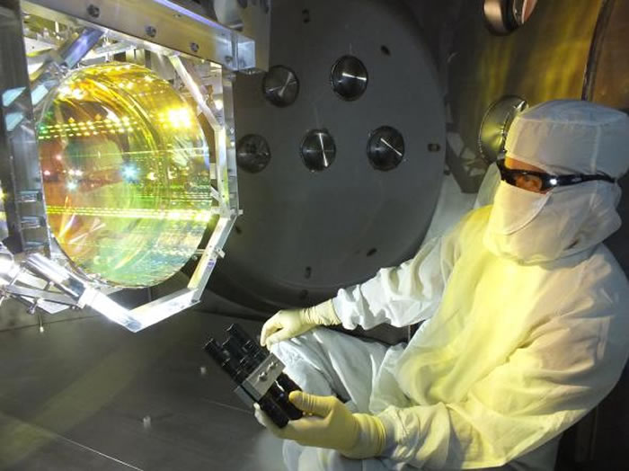 LIGO团队运用雷射和精密排列的镜子,侦测出重力波造成的微小震动。
