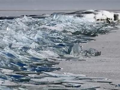 """美国摄影师Dawn LaPointe在北美最大淡水湖苏必利尔湖用视频记录到""""堆积冰""""奇观"""
