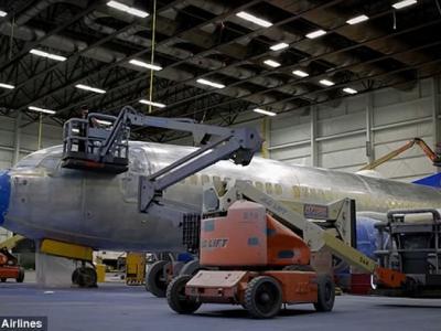 """视频展示美国西南航空公司工作人员给波音737""""密苏里1号""""上漆全过程"""