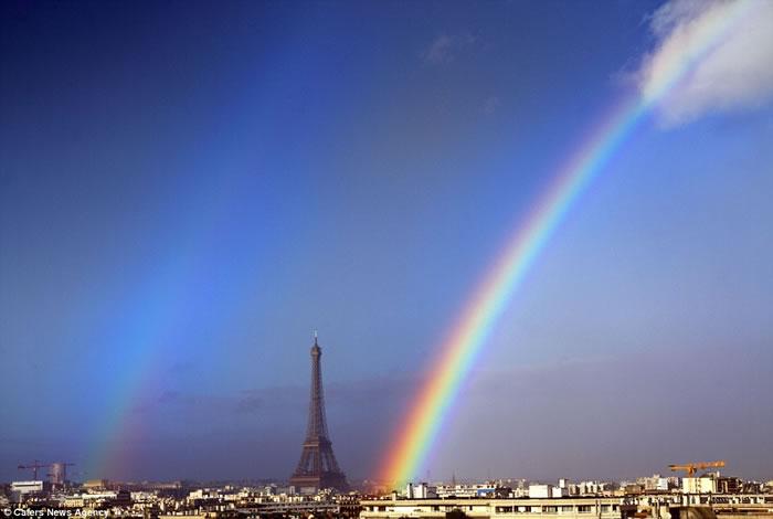 双彩虹照耀法国首都巴黎艾菲尔铁塔 - 神秘的地