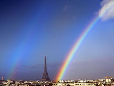 双彩虹照耀法国首都巴黎艾菲尔铁塔