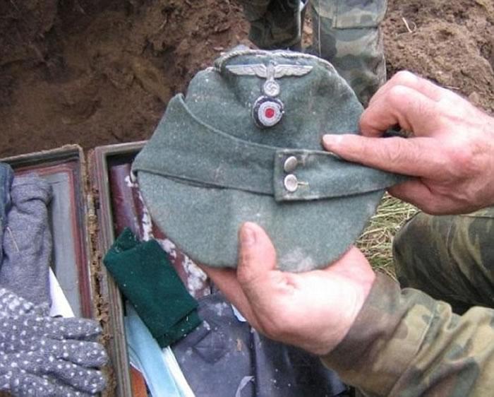 行李箱内放有疑为纳粹士兵留下的军服。
