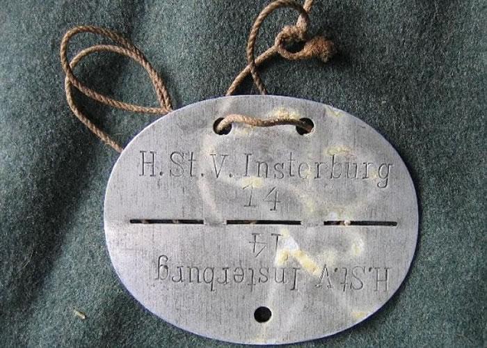 此个刻有疑似物主名字的金属牌,或成追寻物主的线索。