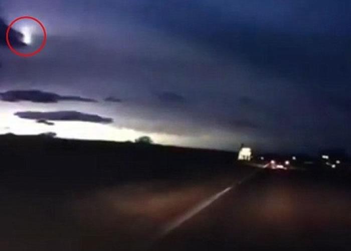 苏格兰天空惊现蓝光大火球 警方调查后相信是火流星