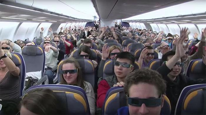 欣赏日食一定要用专门的观测工具,即使你是坐飞机观测。