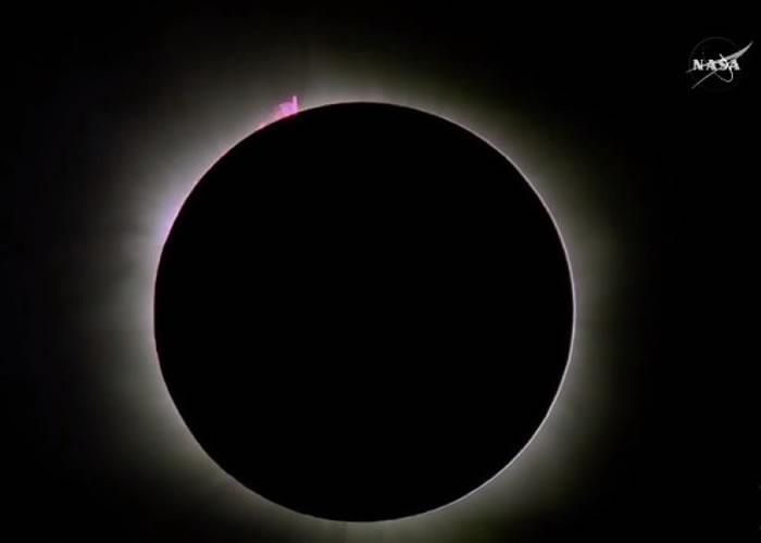 密克罗尼西亚的上空,可见月球完全遮蔽太阳。