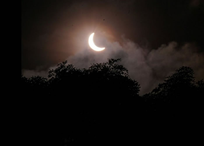 日食过程在新加坡上空清晰可见。