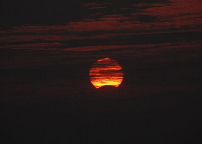 印度亦有民众拍到日食。