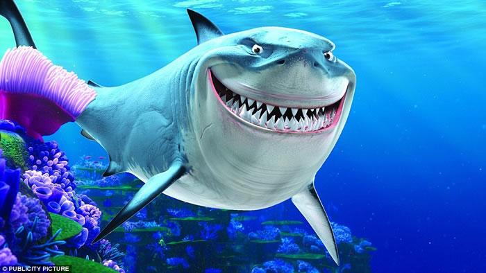 这头柠檬鲨咧嘴憨笑的画面。让人想起了动画电影《海底总动员》里的鲨鱼布鲁斯。
