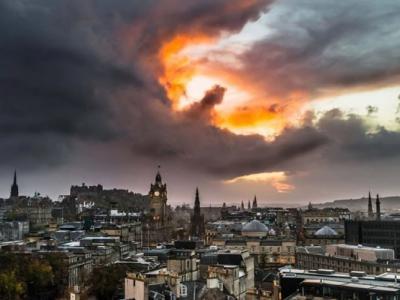 英国爱丁堡天空出现奇特景象:云团就像一条呼啸巨龙