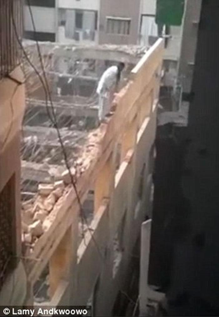 艺高人胆大:赤脚建筑工站墙拆楼无难度
