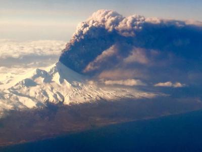 美国阿拉斯加州的巴甫洛夫火山周日下午爆发