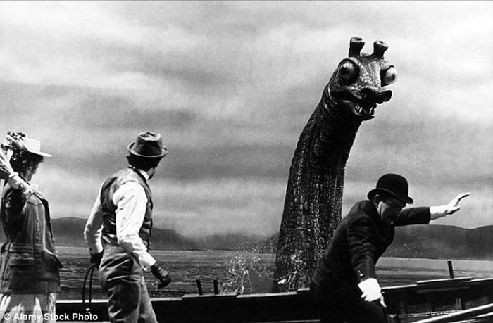 尼斯湖水怪搜寻者在尼斯湖湖底发现水怪模型 或是电影《神探福尔摩斯的私生活》道具