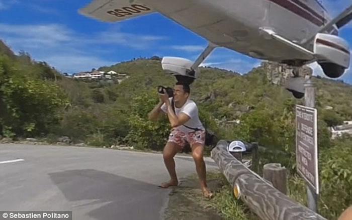 加勒比海法属圣巴特岛飞机降低头顶飞过 旅客蹲下闪避险被撞逝世