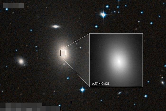 巨大黑洞位于星系NGC 1600的中心。