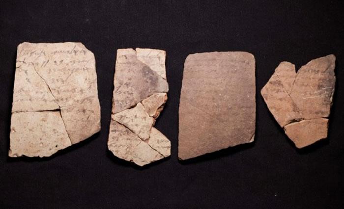碎片上的为希伯来文字。