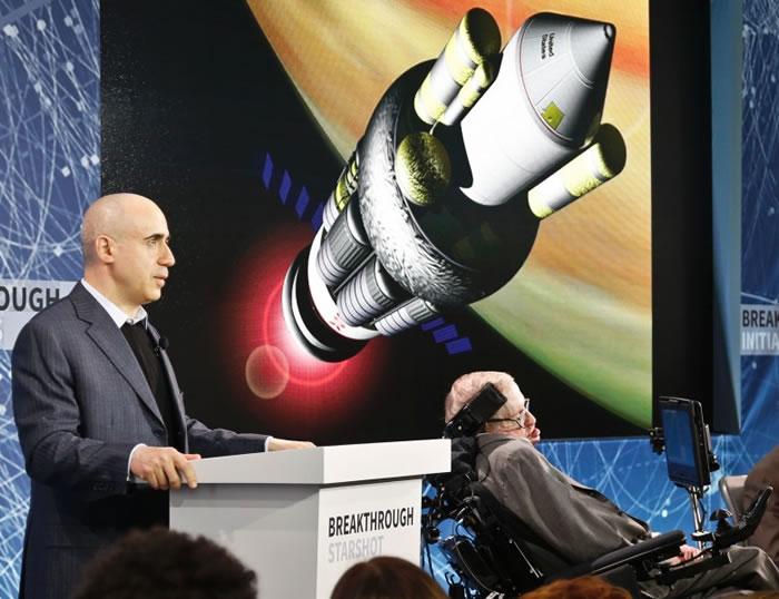 米尔纳(左)介绍最新太空计划。