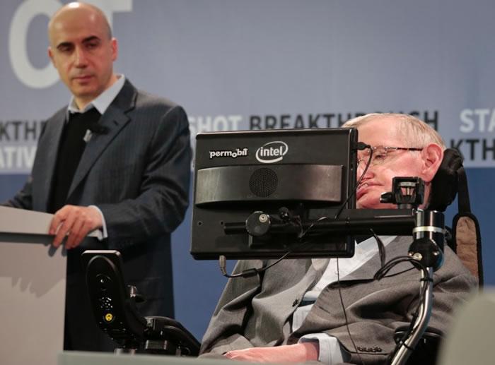 霍金透过语音合成器在记者会上发言。