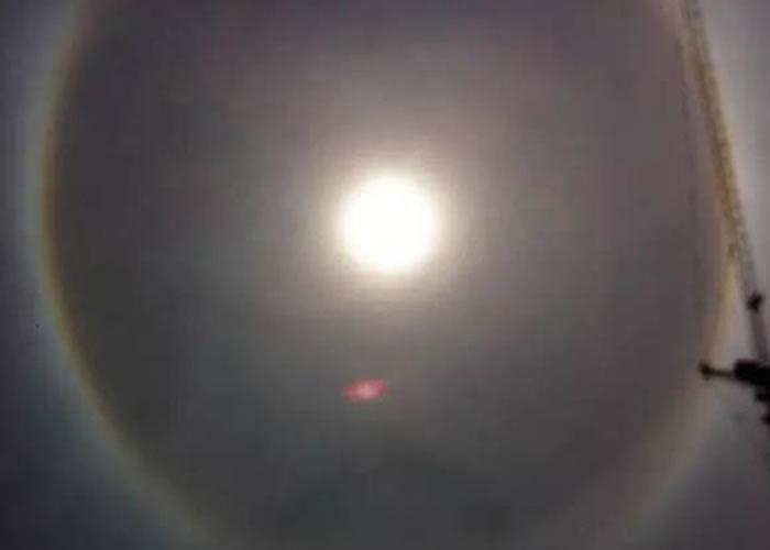 网民称一个红点靠近太阳飞行,然后极速离去。