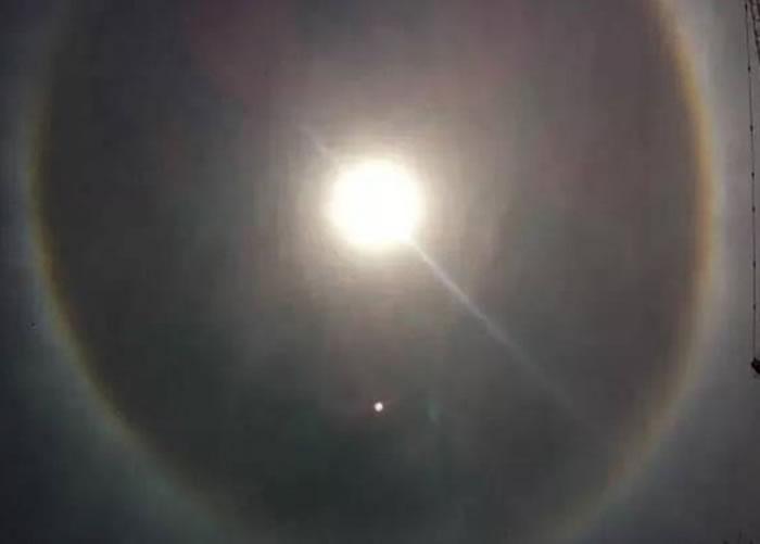 """除了""""红点"""",期间还有""""白点""""出现在太阳附近。"""