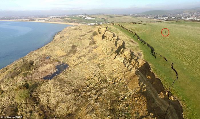 英国多塞特郡侏罗纪海岸发生大规模山泥倾泻