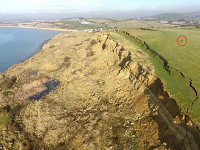 英国多塞特郡侏罗纪海岸发生大规模山泥倾泻 造成300米长壮观巨型裂缝