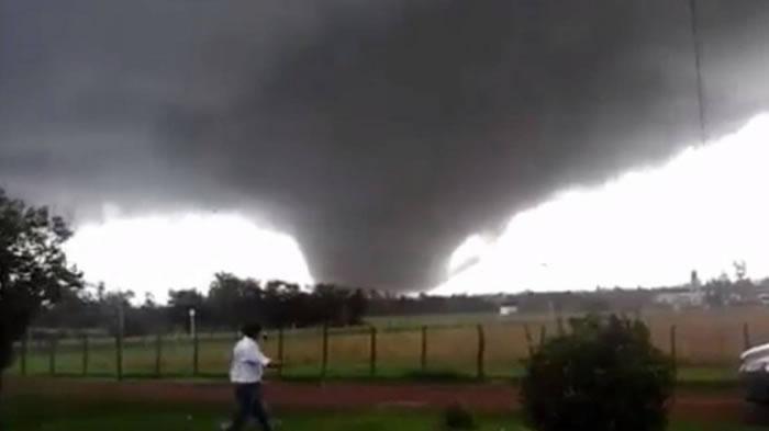 南美国家乌拉圭西部城市出现罕见巨型龙卷风