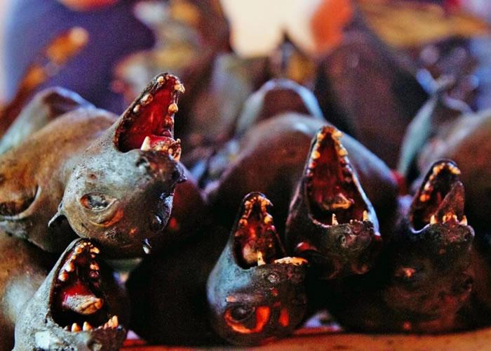 印尼市集有蝙蝠售卖。  档主在市集摆卖奇怪的野生动物。