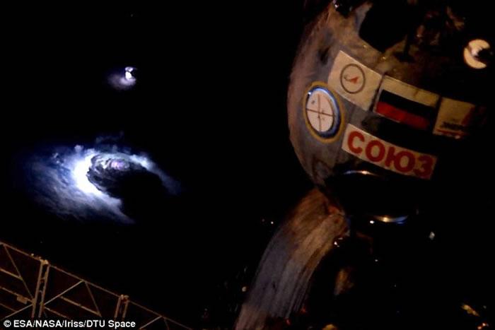"""图中是国际空间站角度拍摄到的神秘""""蓝色斑块""""。"""