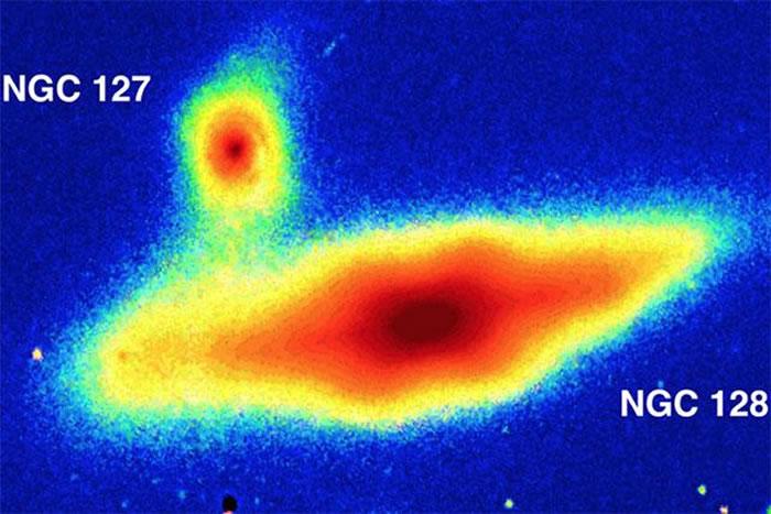 利用哈勃太空望远镜和斯隆数字巡天的数据,研究人员意识到,他们正在研究的其中两个星系NGC-128和NGC-2549都相当异常