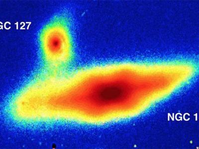 """澳大利亚天文学家在两个邻近星系发现""""花生壳形状""""异常结构"""