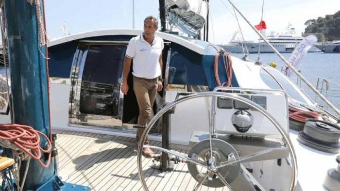 霍恩驾驶帆船离开摩纳哥。