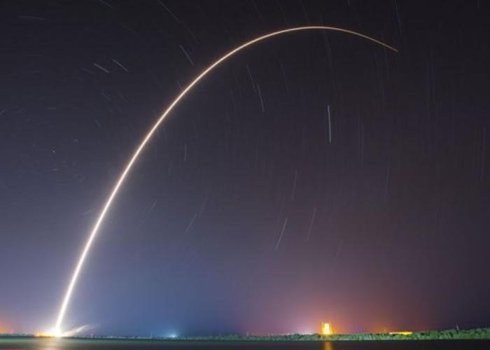 火箭划破夜空。