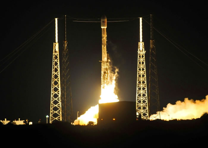 猎鹰9号成功运载日本通讯卫星上太空。
