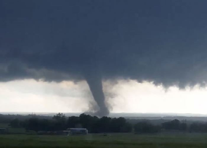 龙卷风吹袭俄克拉何马州,造成严重破坏。