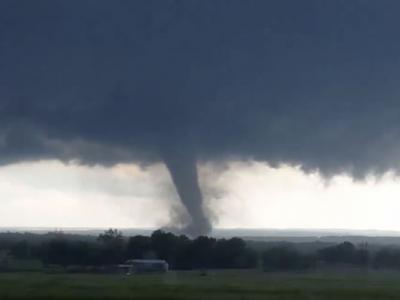 美国俄克拉何马州遭到多股龙卷风吹袭