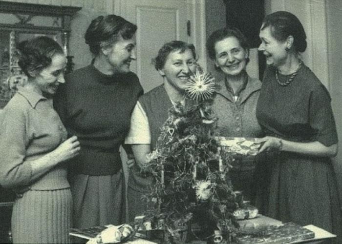 受害者曾到费里迪(右一)的家中庆祝圣诞。