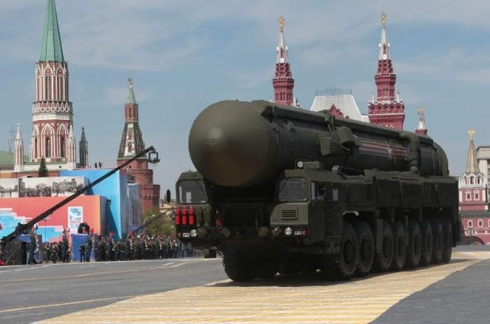 俄罗斯在去年的胜利日阅兵中,展示洲际弹道导弹。
