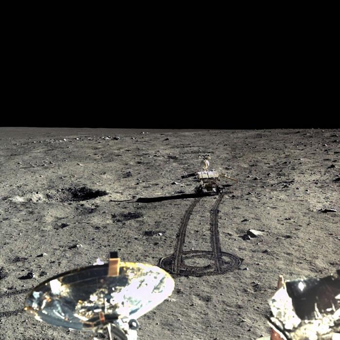 2013年12月23日,嫦娥三号着陆器捕捉了玉兔号月球车画面。玉兔号的右太阳能板角度向下倾斜,这样才好接收太阳光线。 PHOTOGRAPH BY CHINESE