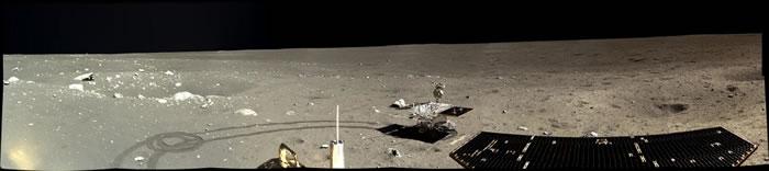 嫦娥三号于2013年12月17日,也就是在曾为岩浆覆满的雨海(Mare Imbrium)盆地降落三天后,就拍下了这张全景图。嫦娥三号此时就在离阿波罗15号(太空