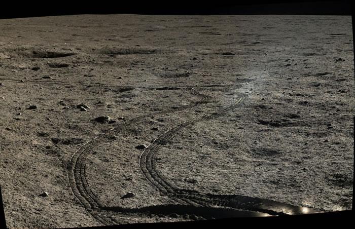 玉兔号蜿蜒的行径轨道。玉兔号与嫦娥三号在月球近地球面最大的盆地——雨海登陆。雨海是38.5亿年前经天体巨大撞击产生的岩浆回流而成。 PHOTOGRAPH BY