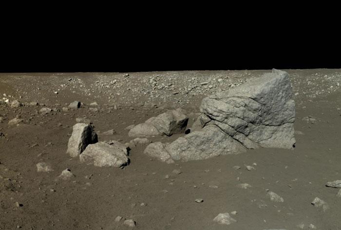 玉兔号拍下了这块位于嫦娥三号附近的巨石——龙岩。而这块岩石是因一次古早撞击而落到现在的位置。 PHOTOGRAPH BY CHINESE ACADEMY OF