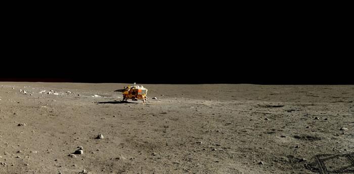 2014年1月13日,玉兔号月球车拍下了嫦娥与周遭环境的全景图。经地球时间两天后,玉兔号的电动机组失灵,就此故障无法再修复。 PHOTOGRAPH BY CHI