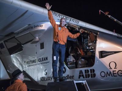 """历18小时飞行 全球首架太阳能飞机""""太阳脉动二号""""降俄克拉何马州"""
