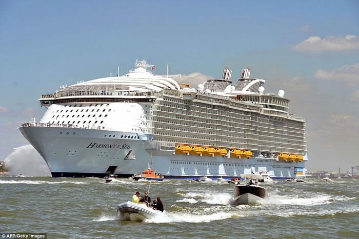 """全球最大邮轮""""海洋和谐号""""由法国展开处女航前赴英国"""